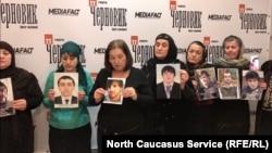 В Махачкале матери сыновей, предположительно похищенных силовиками, обратились за помощью к Путину