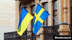 Український і шведський прапори на будівлі в Києві, ілюстративне фото