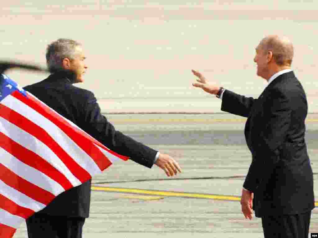 Премьер-министр Израиля Эхуд Ольмерт встречает Джорджа Буша в аэропорту Бен-Гурион. Тель-Авив, 9 января 2008.