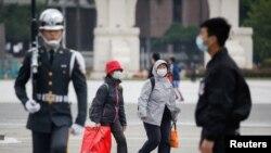 Turisti sa zaštitnim maskama, Taipei, Tajvan, mart, 2020.