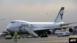 Tehranın Mehrabad hava limanında «Boeing 747»