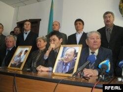"""Пресс-конференция движения """"За справедливый Казахстан"""" после убийства Алтынбека Сарсенбаева и его помощников. Алматы, 14 февраля 2006 года."""