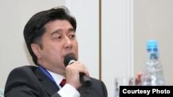 """Лидер партии """"Ак жол"""" Алихан Байменов выступает на Медиа-курултае. Алматы, 12 ноября 2010 года."""