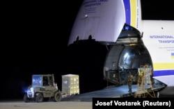 Военнослужащие разгружают 100 тонн СИЗ из Китая – помощь в борьбе с COVID-19 для Чехии, 22 марта 2020