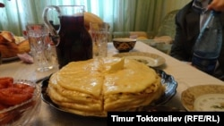 Балкарлардын негизги тамагы - хычын. Ал ун, сыр жана картошка менен жасалат.