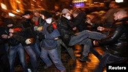 Сутички між протестувальниками в Донецьку, 13 березня 2014 року
