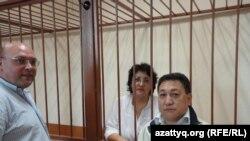 Наталья Соколова (в центре), ее муж Василий Чепурной (слева) и адвокат Арман Жаменов в суде. Актау, 26 сентября 2011 года.
