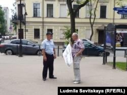 Игорь Батов около здания администрации области
