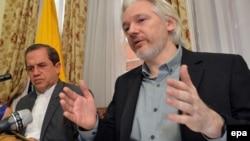 Julian Assange Ekvadorun xarici işlər naziri Ricardo Patino (solda) ilə birgə mətbuat konfransında, London, 18 avqust, 2014