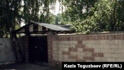 Дом, который ранее использовался ахмадийской общиной для проведения религиозных обрядов. Алматы, 19 июня 2012 года.