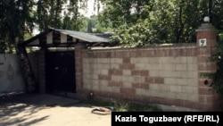 Қазақстандық Ахмадия тобы сот үкімі бойынша айырылған діни ғұрыптарын өтеу ғимараты. Алматы, 19 маусым 2012 жыл.