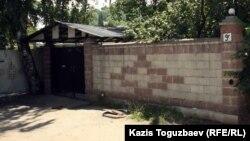 Ахмадияшылар діни рәсімдер өткізіп келген үй. Алматы, 19 маусым 2012 жыл.