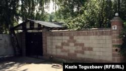Ворота дома, который ранее использовался ахмадийской общиной Алматы для проведения религиозных обрядов. 19 июня 2012 года.