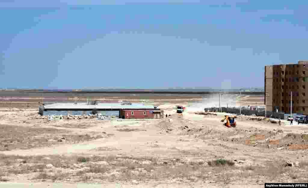 Салынбай қалған «Ақтау - сити» қаласының орны. Ақтау, 2 тамыз 2014 жыл.