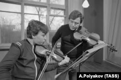 Maxim Vengerov, pe vremea adolescenței, alături de profesorul său, Zakhar Bron, când, printre colegii săi, se afla și un alt mare violonist, Vadim Repin