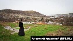 Монастырская скала: средневековая крепость, пещеры и могилы (фотогалерея)