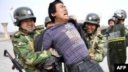 Үрүмчүдөгү митингге чыккан уйгурларды кармоо. Кытай. 1-апрель, 2011-жыл.