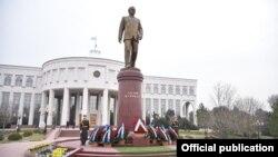 Памятник первому президенту Узбекистана Исламу Каримову.