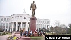 Özbegistanyň ilkinji prezidenti Islam Kerimowyň ýadygärligi.