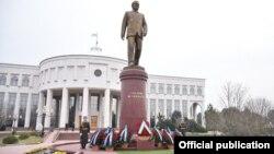 """Ташкенттегі """"Ақсарай"""" резиденциясы алдына орнатылған Ислам Каримовтің ескерткіші."""