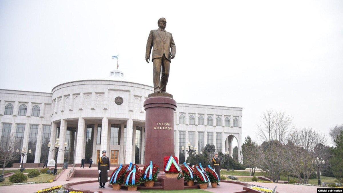 Президент Республики Узбекистан Шавкат Мирзиёев 30 января возложил цветы к подножию памятника Исламу Каримову в Ташкенте