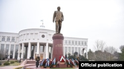 Памятник Исламу Каримову перед его рабочей резиденцией «Оксарой» в Ташкенте