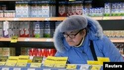 Посетительница одного из российских супермаркетов, декабрь 2015 года