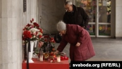 Građani pale svijeće i polažu svijeće zbog pogubljenja dvojice napadača u metrou u Minsku, 19. ožujak 2012.