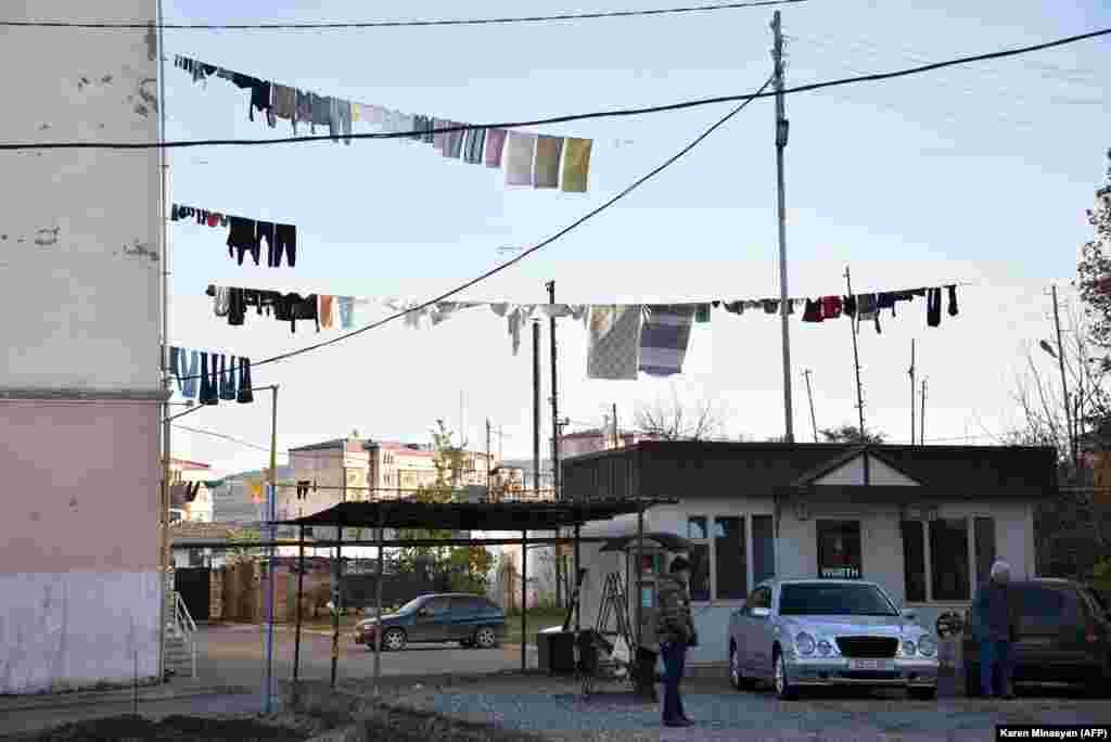 Веревки с бельем, похоже, свидетельствуют о том, что жизнь в городе возвращается в прежнее русло.