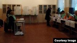 На столах стоят те самые пульверизаторы, которыми наносят прозрачную жидкость на палец