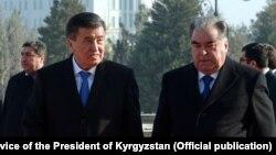 Президенты Кыргызстана и Таджикистана Сооронбай Жээнбеков и Эмомали Рахмон. Душанбе. 1 февраля 2018 года.