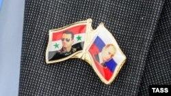"""Значок на лацкане одного из делегатов """"Конгресса национального диалога Сирии"""" в Сочи. 30 января"""