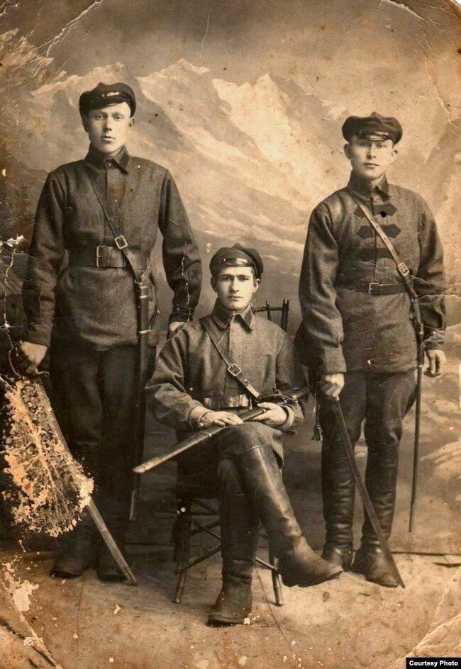 Казак Рыгор Пракоф'еў (зьлева) (Барысаглебскі павет, 1924 год)
