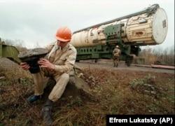 Офицер украинской армии отдыхает перед тем, как подорвать пусковую установку ядерных ракет вблизи города Деражня в Хмельницкой области, 23 октября 1996 года