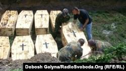 Перезахоронение жертв репрессий НКВД в Ивано-Франковске, Львовская область Украины, 9 мая 2013 года