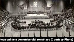Sala Sporturilor şi Culturii din Capitală. Ceauşescu acordă ordine şi medalii fruntaşilor sportivi la Jocurile Olimpice de la Montreal (1976) Sursa:Fototeca online a comunismului românesc, cota:170/1976