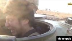 Скриншот видеозаписи показывает плачущего перед атакой узбекского боевика-смертника Джафар аль-Таййара. Сирийский город Фуа, 20 сентября 2015 года.