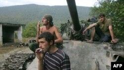 Строго говоря, война не заканчивается и сегодня – мирное соглашение с Грузией не подписано. На фото: абхазские солдаты в Кодорском ущелье
