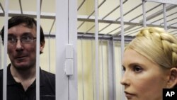Лидер украинской оппозиции Юлия Тимошенко проходит мимо подсудимого экс-министра внутренних дел Юрия Луценко. Киев, 23 мая 2011 года.