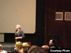 Dan Alexe vorbind publicului la Noul cinema al regizorului romând din București