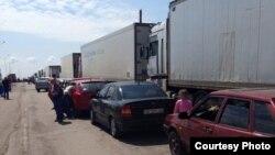 Очередь из грузовых автомобилей на административной границе Крыма, 1 июня 2015 года