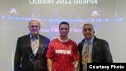 مهدی رستم پور (وسط) در کنار استپان قازاریان و هارولد تونمان مدرسان فدراسیون جهانی کشتی
