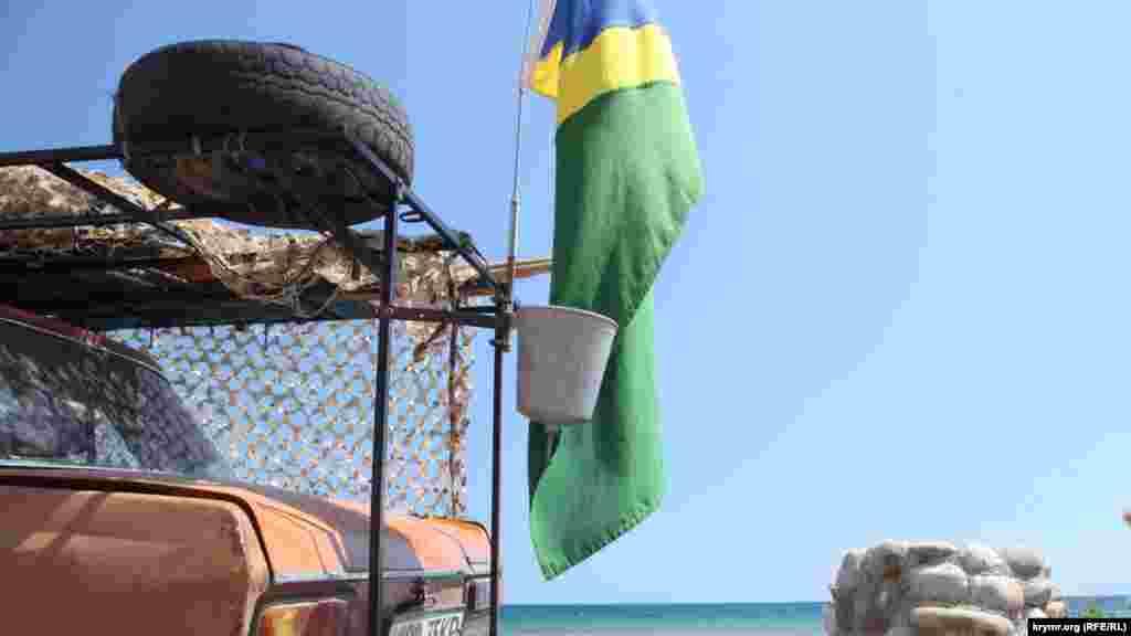 І туристи, і торговці люблять різноманітні прапори. Ними прикрашають і стоянки, і машини