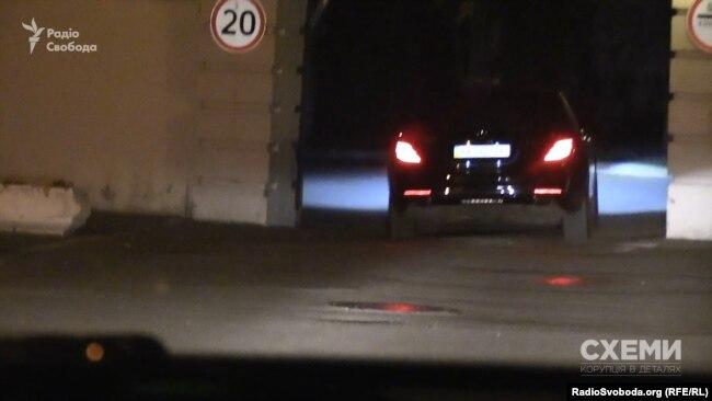 «Мерседес» пропускають на територію президентського офісу через бокові ворота
