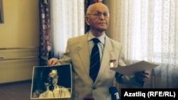 Мәхмүт ага Юрий Гагаринның галәмне әйләнеп кайткач төшерелгән беренче фотосын күрсәтә