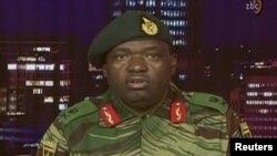 Зимбабве әскерінің өкілі генерал-майор Мойо мемлекеттік телеарнадан үндеу жариялап тұр. 15 қараша 2017 жыл