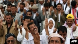 Участники акций протеста в столице Йемена - Сане