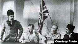 منوچهر فرید (نفر اول از سمت چپ)، و عزتالله انتظامی (نفر اول از سمت راست) در نمایی از فیلم «شیر خفته»