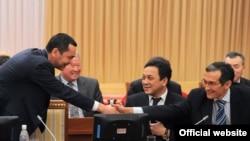 Премьер-министр Өмүрбек Бабанов баштаган өкмөт мүчөлөрү парламентте.