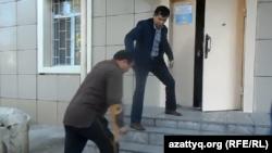 Человеку с ограниченными возможностями помогают подняться по лестнице. Шымкент, 13 апреля 2016 года.